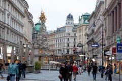 Via di Graben dei turisti a piedi a Vienna fotografie stock