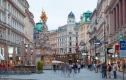 Via di Graben dei turisti a piedi a Vienna fotografia stock