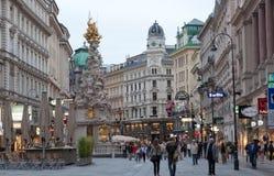 Via di Graben dei turisti a piedi a Vienna, Austria fotografia stock