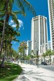 Via di Honolulu vicino alla spiaggia di Waikiki sull'isola Hawai di Oahu Immagine Stock Libera da Diritti