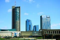 Via di Konstitucijos della città di Vilnius con i grattacieli Immagini Stock