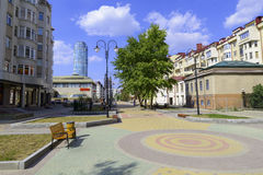 Via di Krasnoarmeyskaya nella città di Ekaterinburg Fotografia Stock