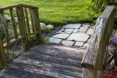 Via di legno del giardino con i lastricatori di pietra Fotografia Stock Libera da Diritti