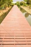 Via di legno del pavimento in giardino Immagine Stock