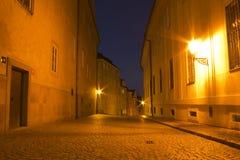 Via di notte nella città di Praga Immagini Stock