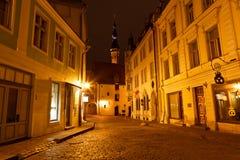 Via di notte nella vecchia città di Tallinn Fotografia Stock Libera da Diritti
