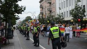 Via di parata gay della polizia video d archivio