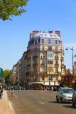 Via di Parigi con i negozi e le tabelle del caffè. Fotografia Stock