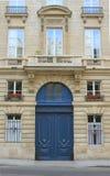 Via di Parigi di estate, di vasi da fiori, di porta e di finestre immagini stock