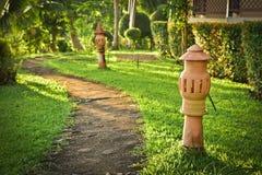 Via di pietra della lampada delle terraglie e del passaggio pedonale nel giardino w della località di soggiorno Fotografia Stock