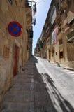 Via di pietra nella città di pietra di La Valletta. Fotografia Stock Libera da Diritti