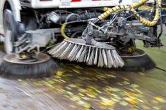 Via di pulizia del camion all'autunno Immagini Stock Libere da Diritti