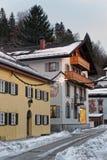 Via di Snowy di Garmisch-Partenkirchen con i murali unici sul Fotografie Stock Libere da Diritti