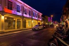 Via di Soi Rommanee La vecchia città di Phuket con le vecchie costruzioni nello stile cinoportoghese è una destinazione turistica Fotografia Stock