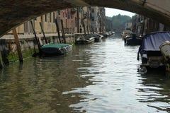 Via di sonno delle barche di Venezia sul pilastro immagine stock libera da diritti