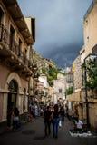 Via di Taormina che si agita con i turisti, i negozi del turista ed i ristoranti Fotografie Stock Libere da Diritti