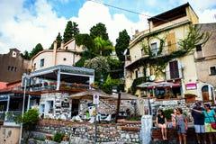 Via di Taormina con i turisti ed i ristoranti Fotografia Stock Libera da Diritti