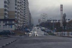 Via di una città russa un giorno piovoso fotografia stock