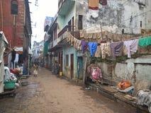 Via di Varanasi con la lavanderia sulle corde Fotografie Stock Libere da Diritti