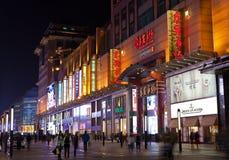 Via di Wangfujing alla notte Pechino, Cina Immagine Stock