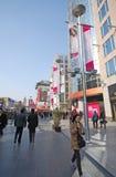 Via di Wangfujing a Pechino, Cina. Fotografie Stock Libere da Diritti