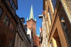 Via e chiesa urbane strette tipiche nella vecchia città storica Immagine Stock