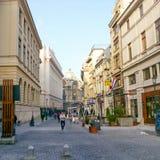 Via e costruzioni nel vecchio centro di Bucarest Immagini Stock Libere da Diritti