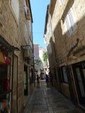 Via e costruzioni strette nella vecchia città di Budua, Montenegro immagini stock libere da diritti