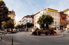 Via e rotonda leggere di traffico a Montreux, Svizzera fotografia stock