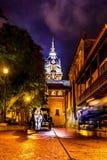 Via e Santa Catalina de Alejandria Cathedral alla notte - Cartagine de Indias, Colombia fotografia stock