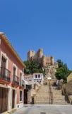 Via e scale che conducono al castello di Almansa Fotografia Stock Libera da Diritti