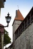 Via e torre di un muro di cinta Vecchia città Tallinn, Estonia immagine stock libera da diritti
