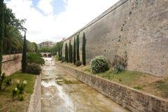 Via e vecchie costruzioni nel centro storico di Palma Mallorca, Spagna 30 06 2017 Immagine Stock Libera da Diritti