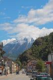 Via ed alpi della città Vernayaz, Martigny, Svizzera Fotografie Stock