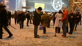 Via eliminante della gente da neve in Kyiv, stock footage