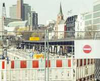 Via europea della città sulla riparazione, traffico diviso, fanale di arresto Fotografie Stock
