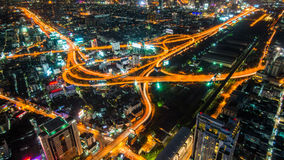 Via expressa e estrada da arquitetura da cidade da noite de Banguecoque Foto de Stock