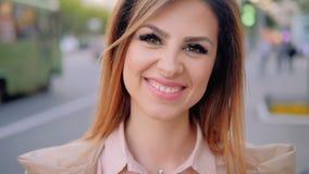 Via femminile sorridente di affari del ritratto della città della donna video d archivio