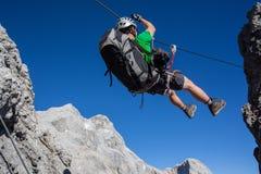 Via ferrata het beklimmen (Klettersteig) Stock Foto