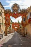 Via festivo decorata quasi vuota con i vecchi balconi tradizionali Tunnel delle insegne e delle statue per il festa annuale h rel fotografia stock