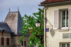 Via francese tipica del villaggio con le lanterne stile retro Fotografia Stock