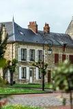 Via francese tipica del villaggio con le lanterne stile retro Immagini Stock