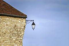 Via francese tipica del villaggio con le lanterne stile retro Immagine Stock Libera da Diritti