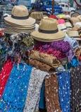 Via giusta in Valiparaiso, Cile con i cappelli di paglia e le sciarpe della lana Fotografie Stock