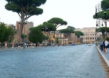 Via il dei Fori Imperiali e la vista del colosseum a Roma, luglio 2017, Roma, Italia immagini stock
