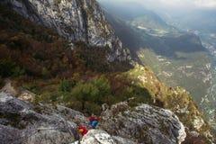Via il ferrata nelle montagne sopra la città di Riva del Garda in Italia Immagine Stock Libera da Diritti