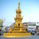 Via intorno alla torre di orologio dorata in Chiang Rai Immagine Stock Libera da Diritti