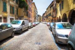 Via italiana con le automobili Fotografia Stock Libera da Diritti