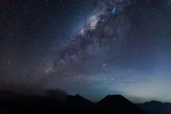 A Via Látea acima da montanha de Bromo Foto de Stock
