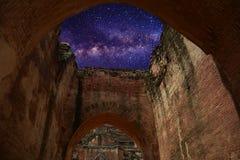 Via Látea do verão com o templo antigo em bagan fotografia de stock